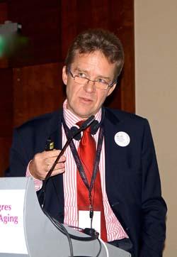 """Dr Florian Clemens Heydecker – Urodził się w Berlinie w 1961 r. Jednak już latach 80-tych wyjechał do Włoch, gdzie ukończył studia na Uniwersytecie w Mediolanie. Jako lekarz wiele lat zajmował się badaniami nad hodowlą komórkową w farmakologii, w szczególności możliwościami zastosowania odkryć w tej dziedzinie w chirurgii plastycznej i rekonstrukcyjnej. W 1997 roku zajął się badaniami nad laserami, rozwijając jednocześnie prywatną praktykę zawodową w dziedzinie medycyny estetycznej i chirurgii. Od 2002 r. staje się to jego główną aktywnością zawodową. W 2007 r. zakłada Dermo Laser Clinic, gdzie do dzisiaj zajmuje stanowisko dyrektora medycznego. Jest członkiem Włoskiego Naukowego Stowarzyszenia Medycyny Estetycznej """"Agora"""". Jest wykładowcą na kilku uczelniach we Włoszech (The Superior Post-University School of Aesthetic Medicine in Milan, the School of Aesthetic Laser Surgery in Milan, the II Level University Masters in Aesthetic Medicine at the University of Parma, the Theoretical and Practical Course on Laser and Hi Tech in Aesthetic Medicine and Cosmetic Surgery in Perugia). W ciągu ostatnich 15 lat brał udział w ponad 150 międzynarodowych konferencjach, jako wykładowca w dziedzinie zabiegów laserowych w medycynie estetycznej i chirurgii. Jest autorem szeregu naukowych publikacji na ten temat, współpracuje ze specjalistycznymi periodykami medycznymi we Włoszech i za granicą."""